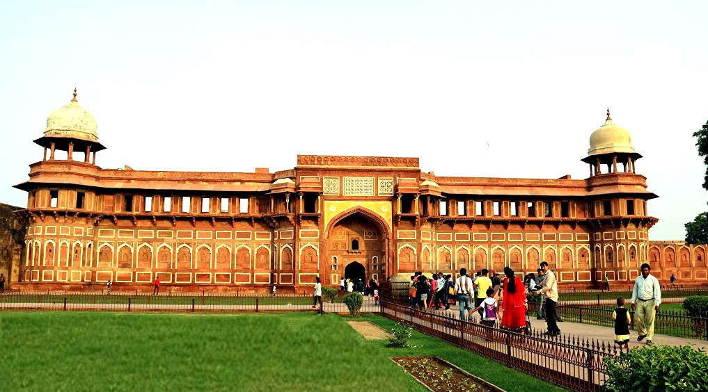 826 Agra fort rouge