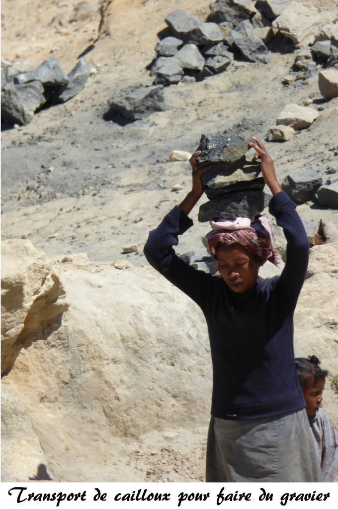 femme transportant des cailloux afin de faire du gravier