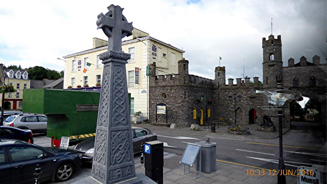 P1000194Macroom place -croix celtique et facade du chateau