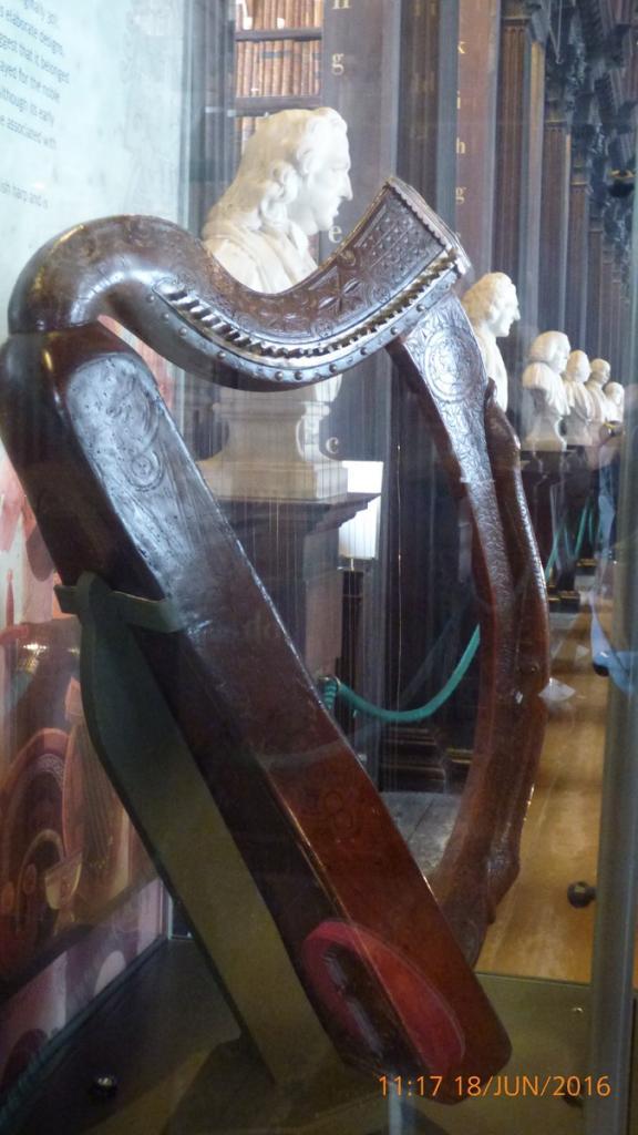P1010411Dublin -Vieille Harpe dans la bibliothèque