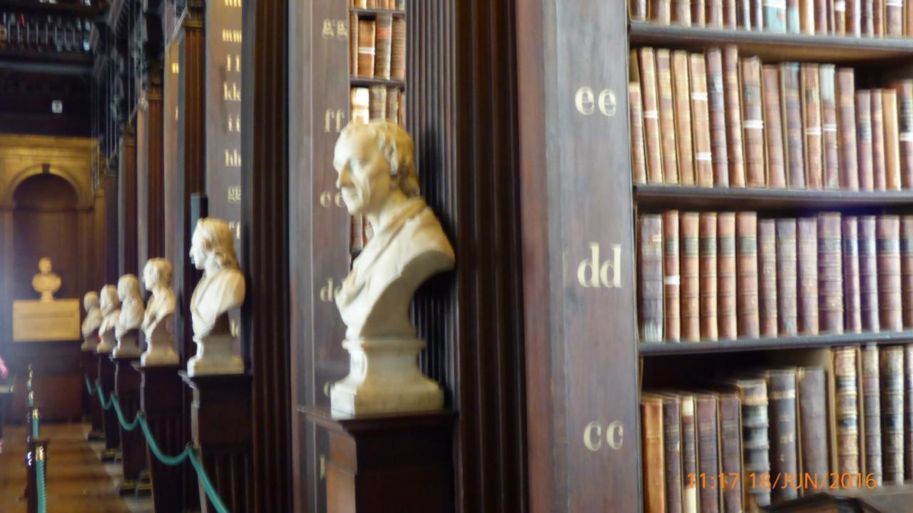P1010412 Dublin Bibliothèque et bustes en alignement